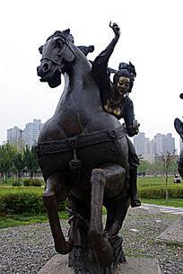 仕女骑马正面塑像
