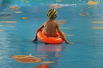 带游泳圈玩水的孩子