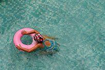 浮在泳圈上玩水的儿童
