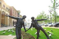 情侣牵手雕像