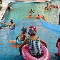 水上乐园滑道上的孩子们