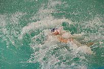 泳者玩水溅起的水花