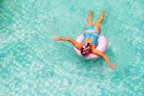 游泳馆内儿童学游泳