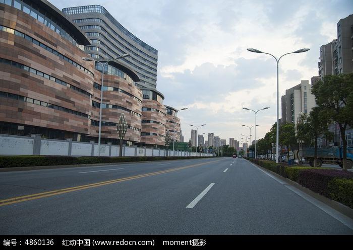 公路两旁的楼房图片