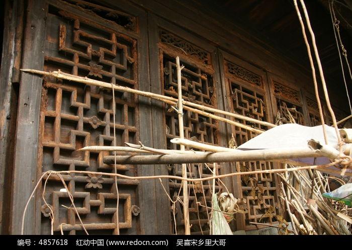 古代木屋子里的花格木窗