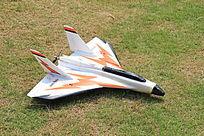 草地上的一架战斗机模型