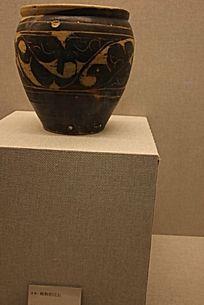 额济纳博物馆西侧褐釉剔花罐图片