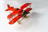 红色老式飞机模型