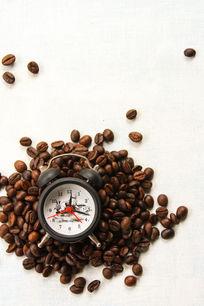 躺在咖啡中的闹钟