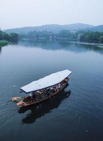 西湖里的游船