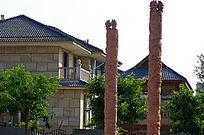 图腾柱后的独栋别墅