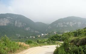 月光崖壁下的杨柳田村
