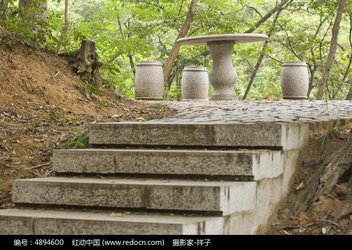青岛中山公园的石凳子图片,高清大图_城市风光素材