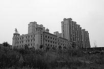 黑白摄影草地边的华天酒店和房地产住宅区建筑群