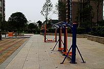 小区休闲广场的运动器材