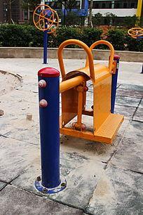 小区休闲区里的马鞍健步运动设备