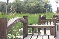 休闲场所边的复古长椅图片