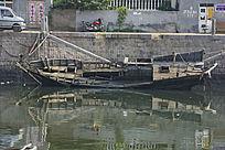 渔船的倒影