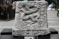 带有龙纹雕刻的方形石墩
