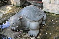 许愿池里的乌龟雕塑