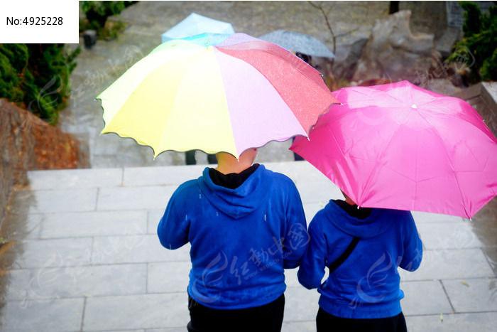 雨天打伞背影图片 卡通女孩雨天打伞图片 下雨天打伞动漫的图片