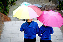 雨天撑伞图片