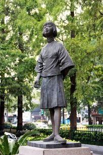 站立的复古风格的女孩雕塑