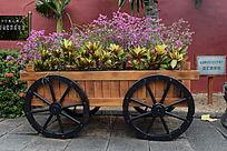车子花盆上的花草