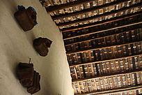 农村瓦房墙壁悬挂的棕垫