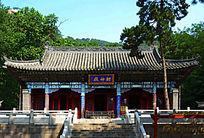 夏天财神庙里的财神殿近景