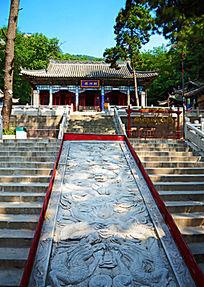 夏天财神庙里的财神殿远景