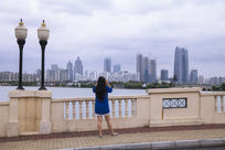 在拍金鸡湖的女人