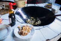 湖南德夯农家菜馆正在炒的竹笋