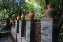森林中石墙上的瓦罐