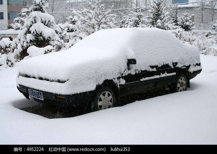被雪覆盖的汽车图片高清图片