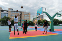 吉林大学篮球场打篮球