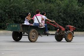道路上行驶的手扶拖拉机