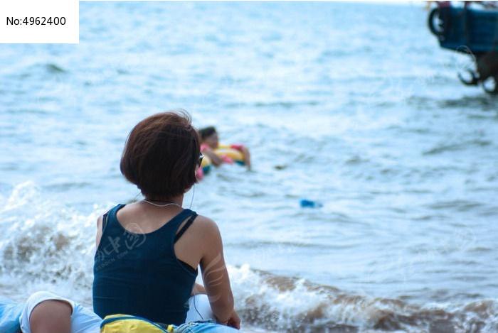 海边少女背影
