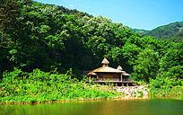千山桃花溪谷背面靠山的水上房子