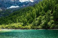 雪山下美丽的湖泊