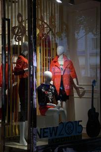 橱窗内用模特展示的服装
