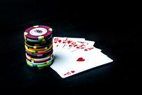 堆叠的筹码与扑克牌