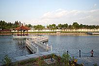 日出后公园的凉亭及水上栈道
