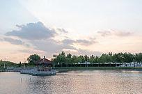 城市湖泊日出天空霞光