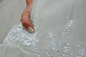 穿婚纱新人的手