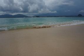 翻滚的海浪拍打沙滩