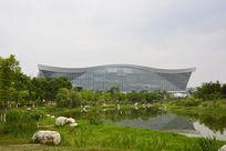 绿树湖泊围绕的现代建筑