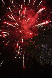 夜晚红色炫彩烟花