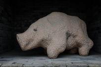 一只猪雕塑