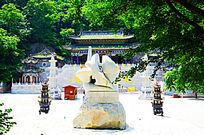 千山大佛寺广场的全息佛字与龙华法堂